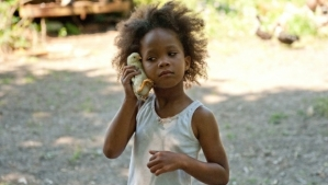 Hushpuppy pretending that a chicken is an iPhone.